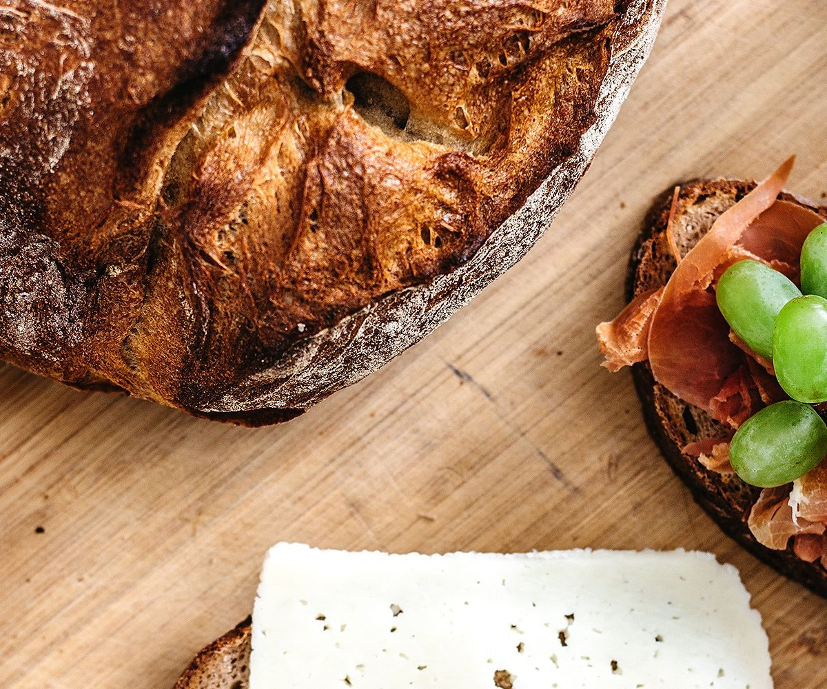 Ein Leib Brot mit zwei belegten Brotscheiben