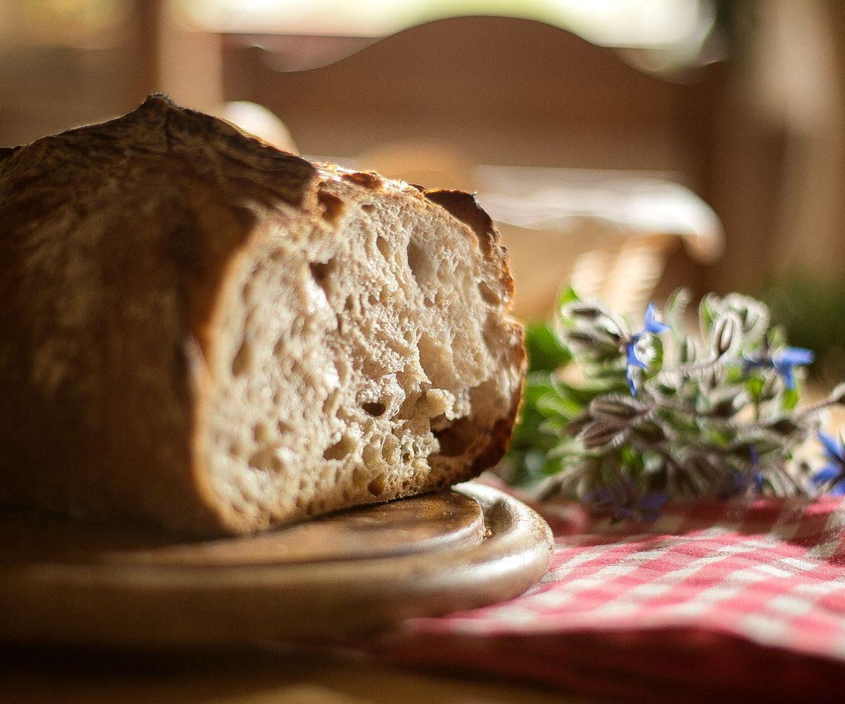 Angeschnittenes Alpenkrusten-Brot